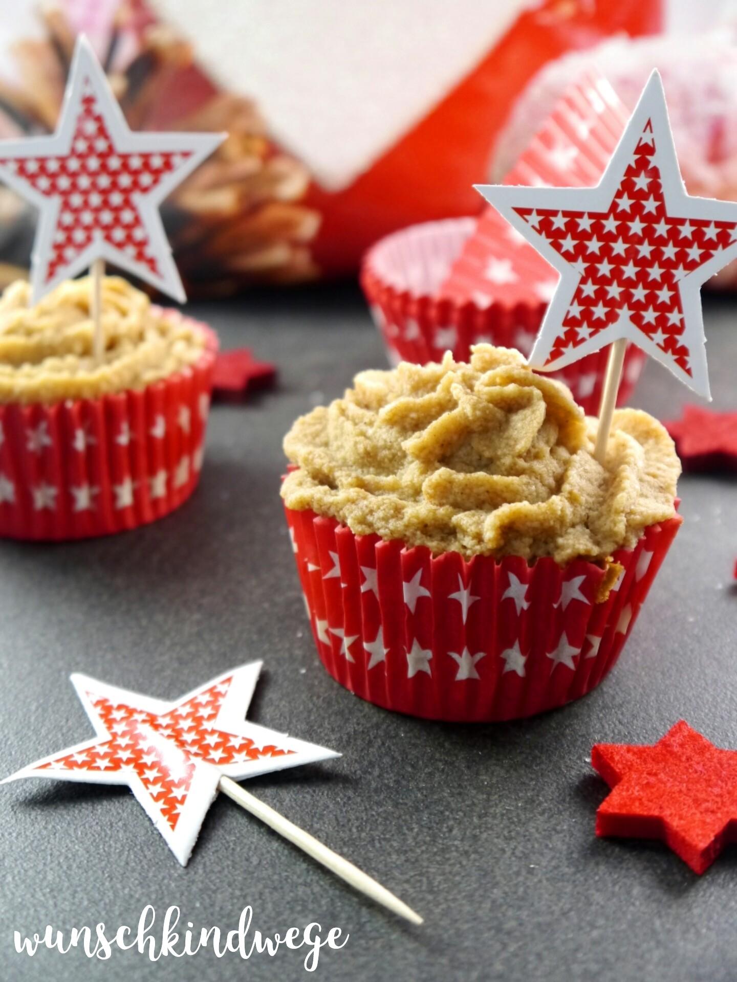 Bratapfel Cupcakes mit Spekulatiussahne, rote Sterne mit kleinen weissen Sternen, Cupcakehülle, Deko