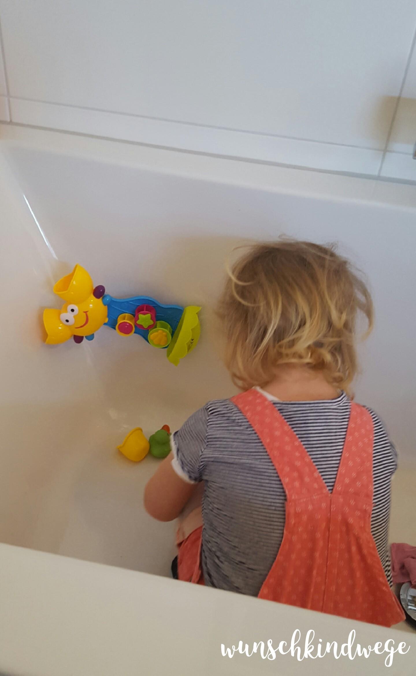 21 Monate alt steigt in Badewanne