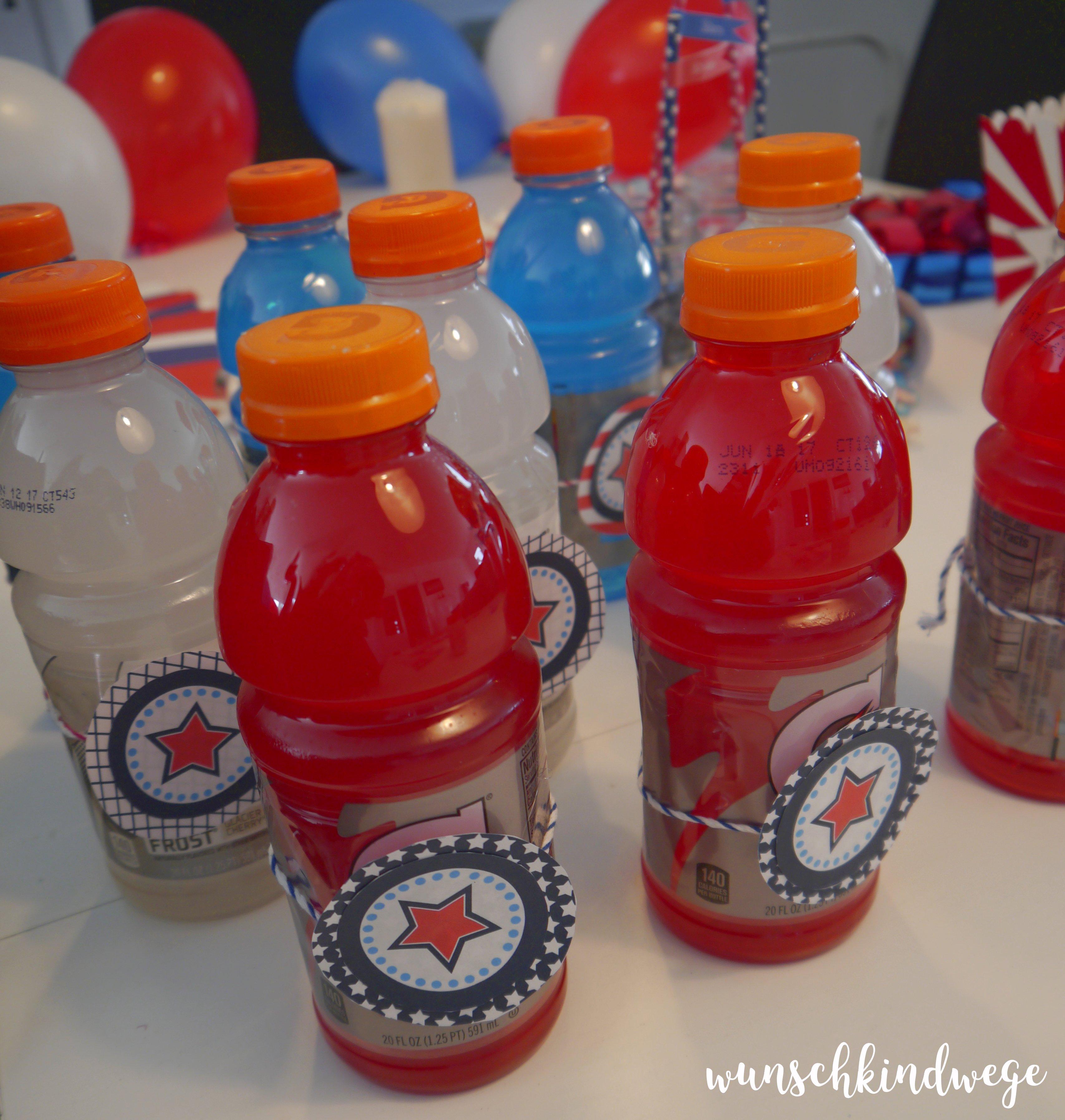 rot weiss und blaues Gatorade für USA Mottoparty auf Geburtstagstisch