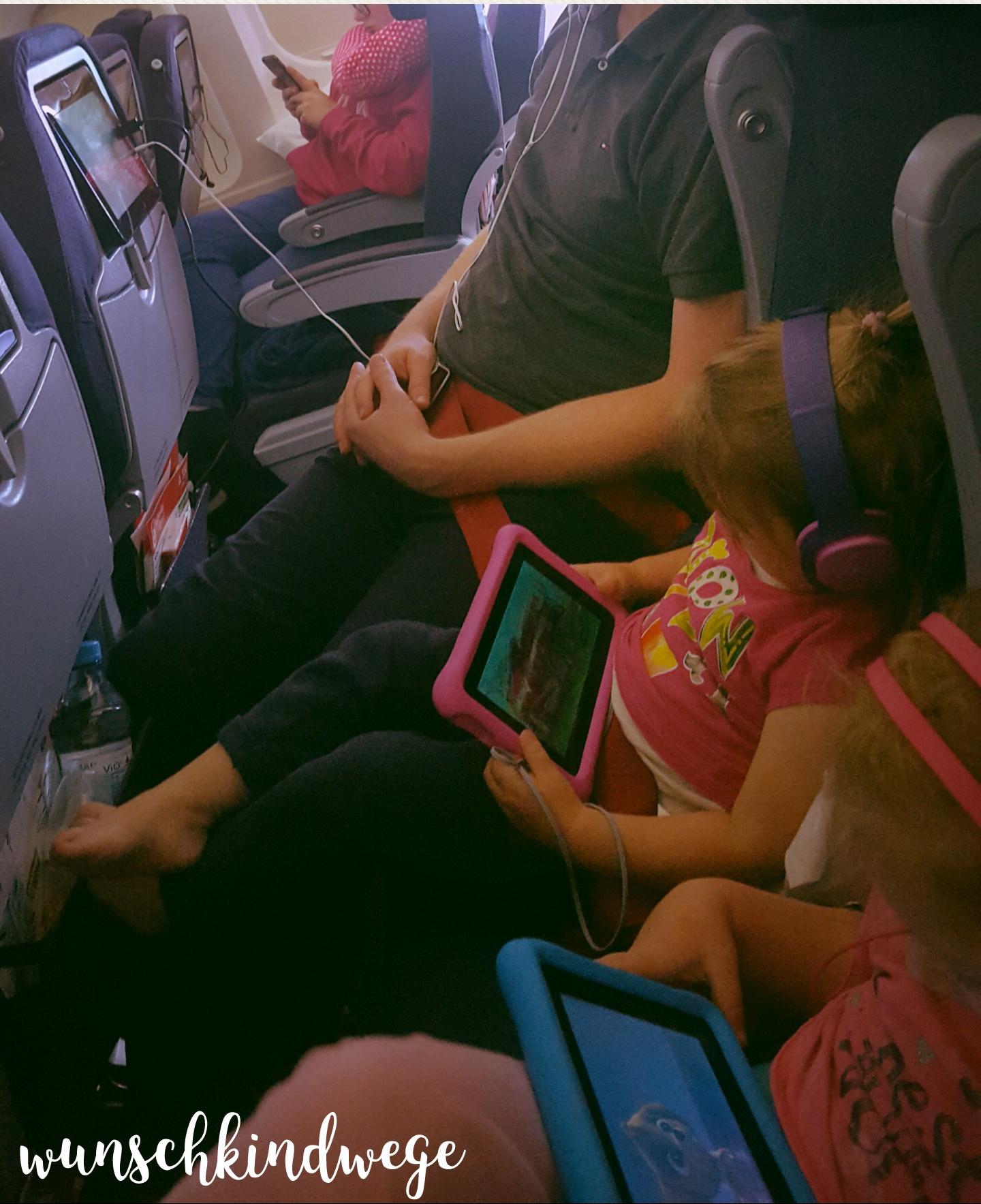 Florida mit Kindern: Tablet schauen im Flugzeug