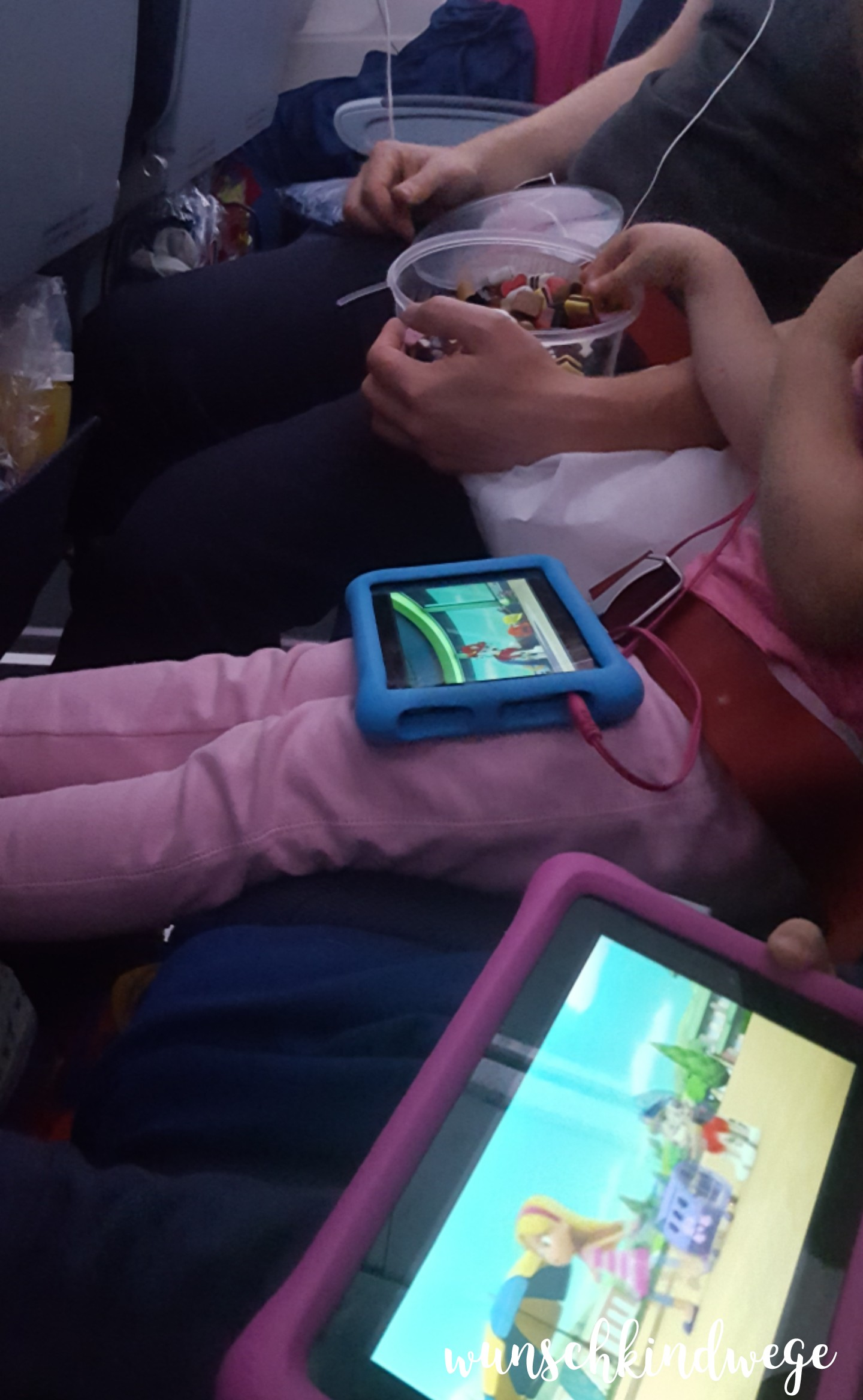 Florida mit Kindern: Süßigkeiten und Tablet im Flugzeug