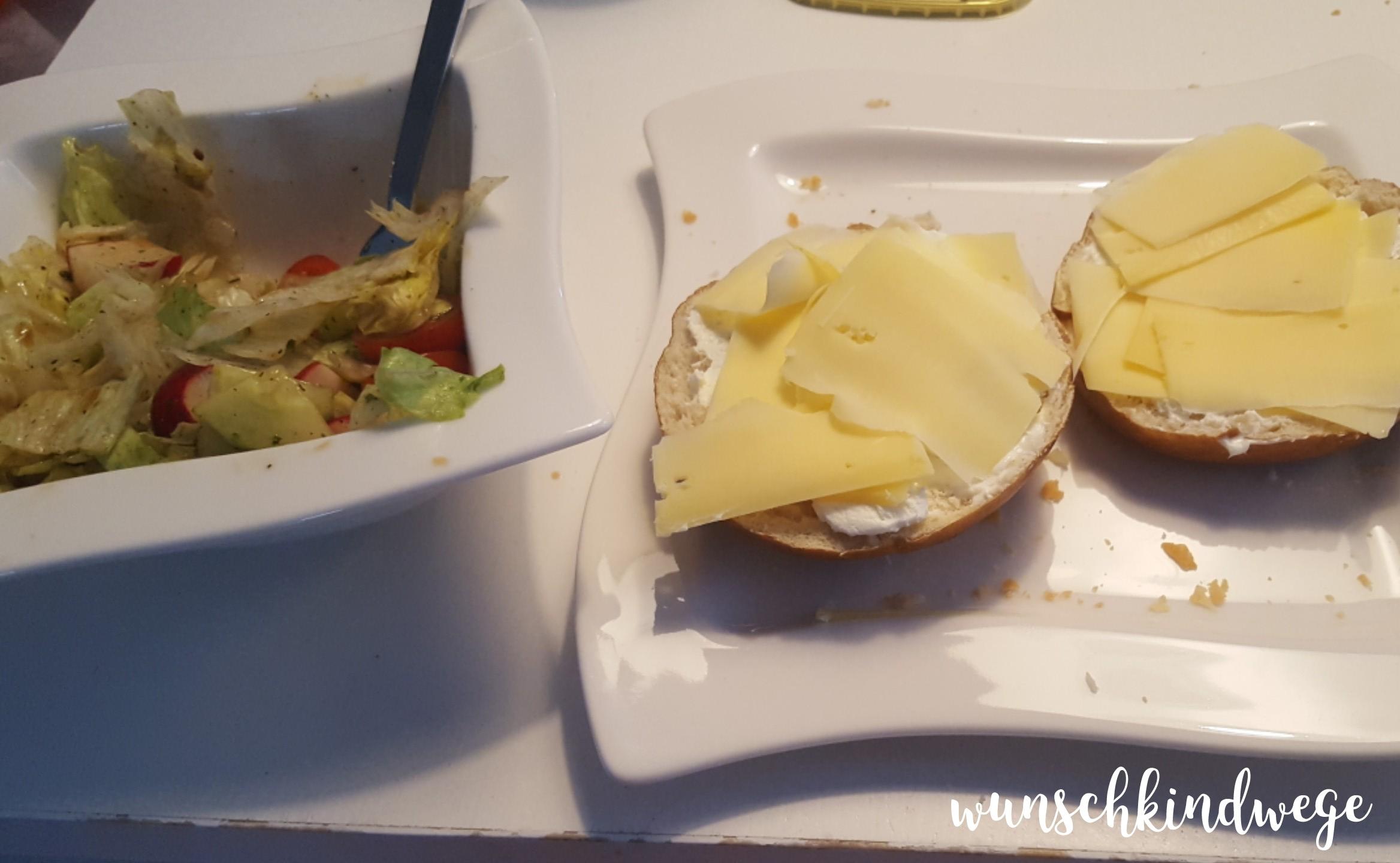 Salat und Käsebrötchen