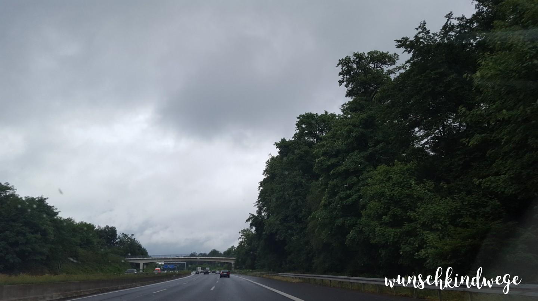 Autobahn grauer Himmel