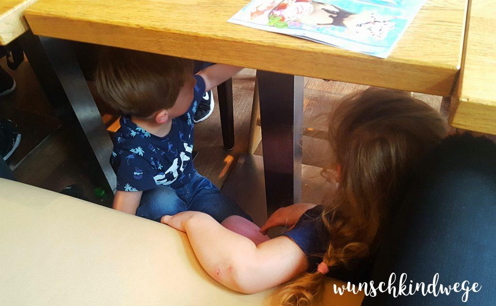 12 von 12 August 2017: Kinder unter dem Tisch