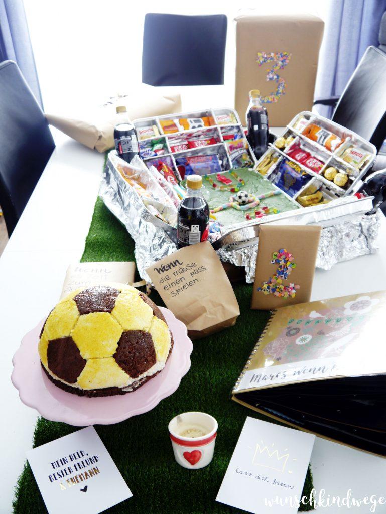 Geburtstagstisch mit dem DIY Fussballstadion